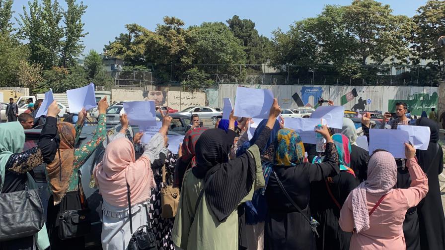 Талибаните бият и гонят с газ и стрелба жени