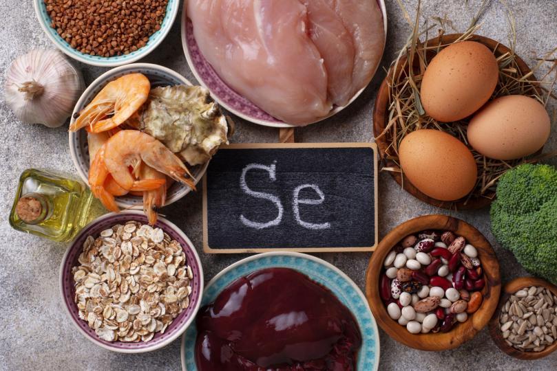 <p><strong>Селенът е важен</strong></p>  <p>Всички плодове и зеленчуци съдържат мощни фитонутриенти, които поддържат здраваа имунната система. Благодарение при всяко&nbsp;авто-имунно заболяване, е важно да се намали възпалението с анти-оксиданти, като ядете&nbsp;ценни фито-хранителни вещества.</p>  <p>Яденето на храни, богати на селен, като бразилски орехи, морски дарове, яйца, слънчогледови семки и чесън ще помогне да&nbsp;поддържате здравословен метаболизъм. Съдържанието на селен варира в храните, в зависимост от съдържанието на почвата, някои географски региони са много бедни на тази съставка. Дефицит на селен може да се определи с кръвен тест.</p>