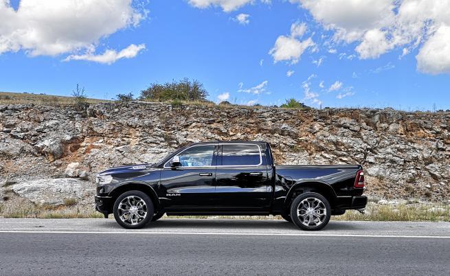 STOP & GO: RAM 1500 Crew Cab може да тегли до 3500 кг прикачен товар, а максималната му торавоносимост е 1042 кг.
