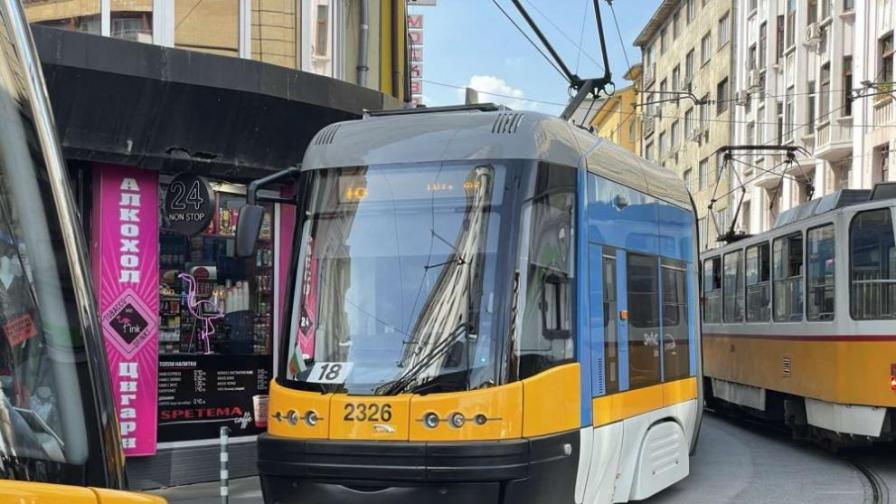 Аварирал трамвай в София спря движението за кратко