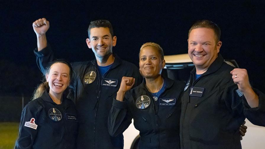 Космическите туристи на SpaceX се върнаха на...