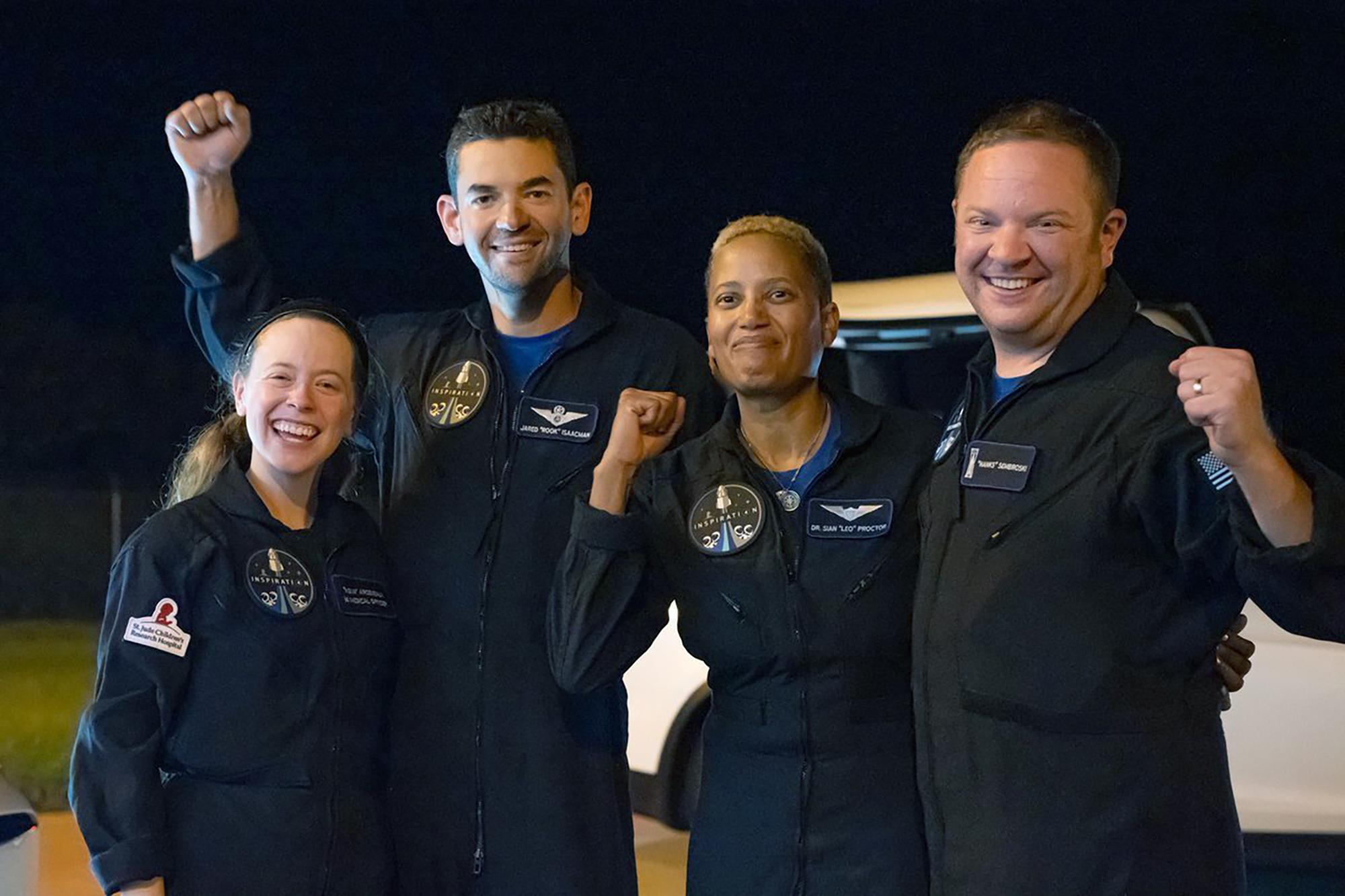 <p>Космическите туристи, които летяха в орбита около земята с полет на частната компания &quot;СпейсЕкс&quot;, се приводниха край крайбрежието на Флорида</p>