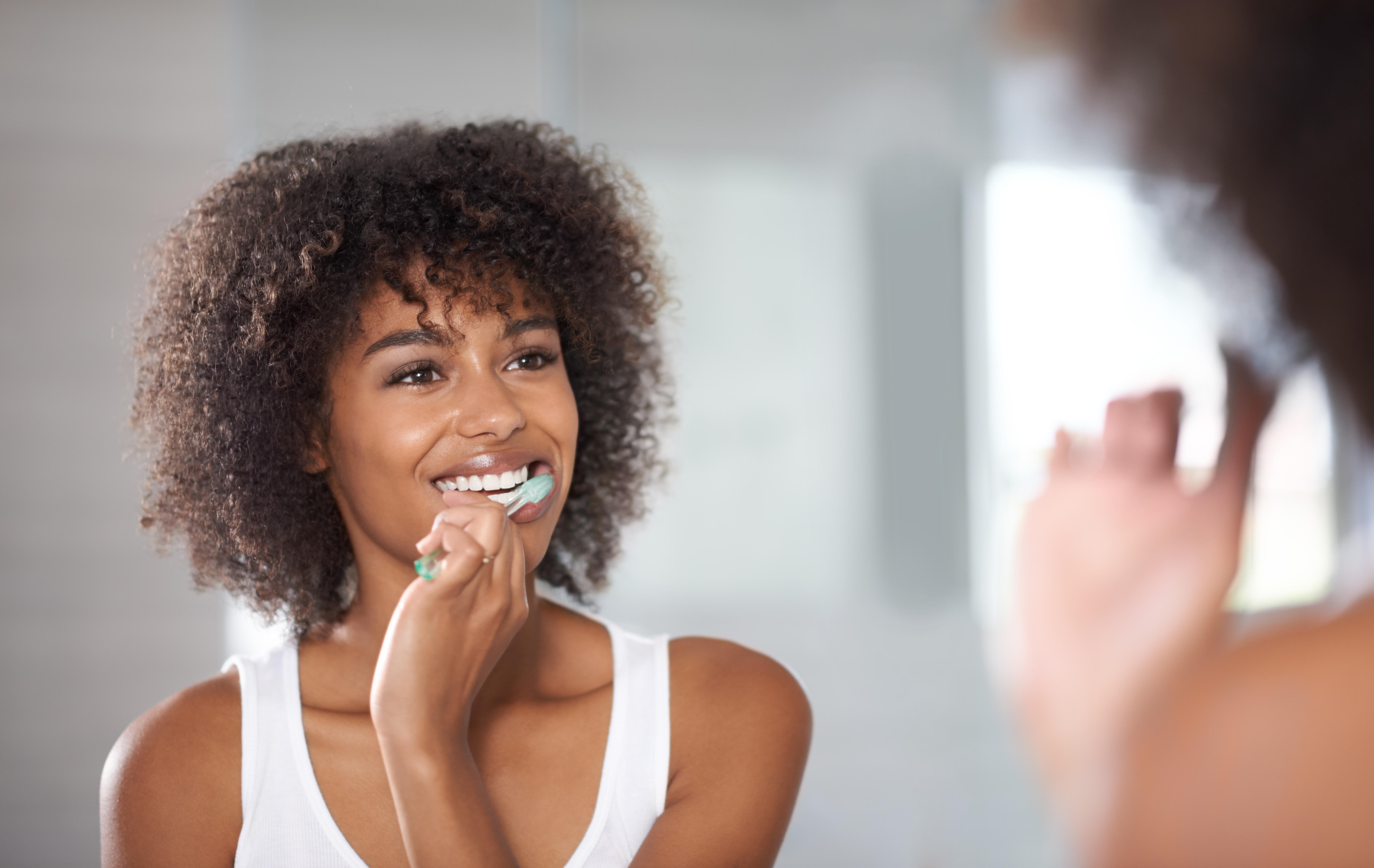 <p><strong>Миенето на зъби след всяко хранене</strong><br /> Зъболекарите препоръчват да мием зъбите си по два пъти на ден - сутрин и вечер. Но има хора, които ги мият след всяко хранене. Това обаче, може да повлияе негативно на зъбния емайл и да увреди зъбите ни.&nbsp;</p>