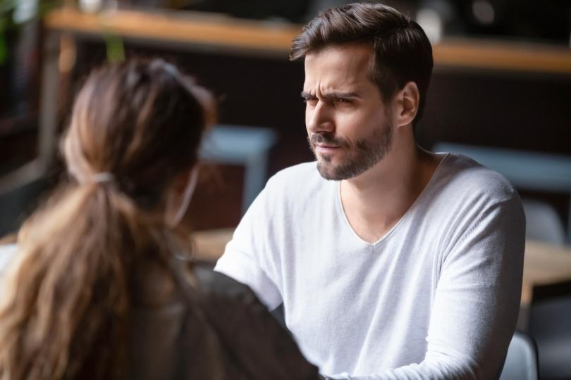 <p><strong>Партньорът ти не е честен с теб</strong></p>  <p>От време на време всички казваме малки &bdquo;бели лъжи&ldquo;, но ако забележиш, че партньорът ти има навика да лъже - или дори се чувства комфортно да казва по-големи, по-сериозни лъжи - това е една от най-очевидните причини да прекратите връзката си. Никой не обича да бъде лъган, а това, че си влюбена, не е причина да търпиш лошо отношение. Честността е от съществено значение, за да се чувствате уважавани, ето защо лъжата е знак, че партньорът ти не те уважава наистина.</p>