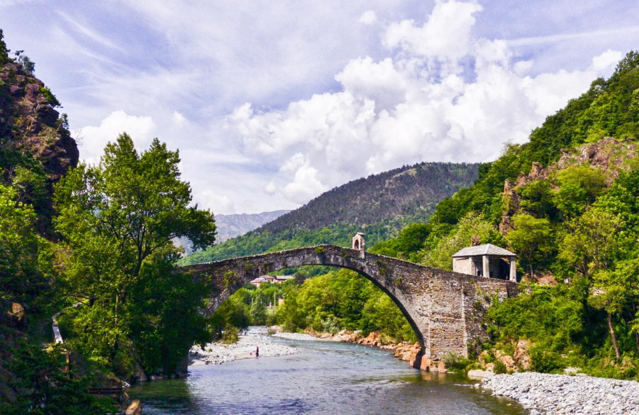 <p><strong>Понте дел Дяволо, Италия</strong></p>  <p>Този мост се намира в Ланзо Торинезе в Северна Италия. Има две легенди за този Дяволски мост. Според първата, самият Дявол го е построил. Друга легенда гласи, че Дяволът поискал душата на първия човек, който ще пресече моста.</p>