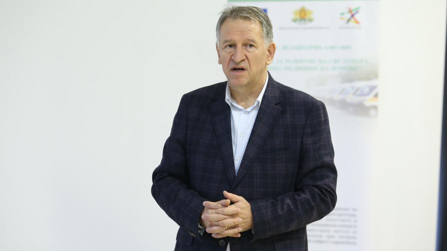 Стойчо Кацаров предаде на 11 центъра за спешна медицинска помощ 18 нови оборудвани линейки