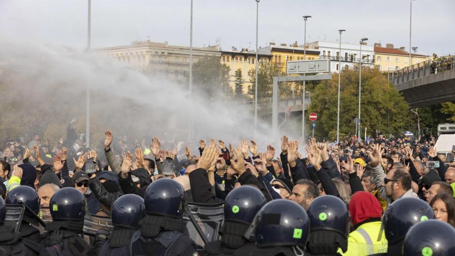 <p>Италия: сълзотворен газ срещу противници на мерките</p>