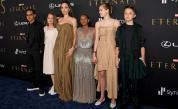 Дъщерята на Анджелина Джоли Захара събра погледите в рокля на майка си