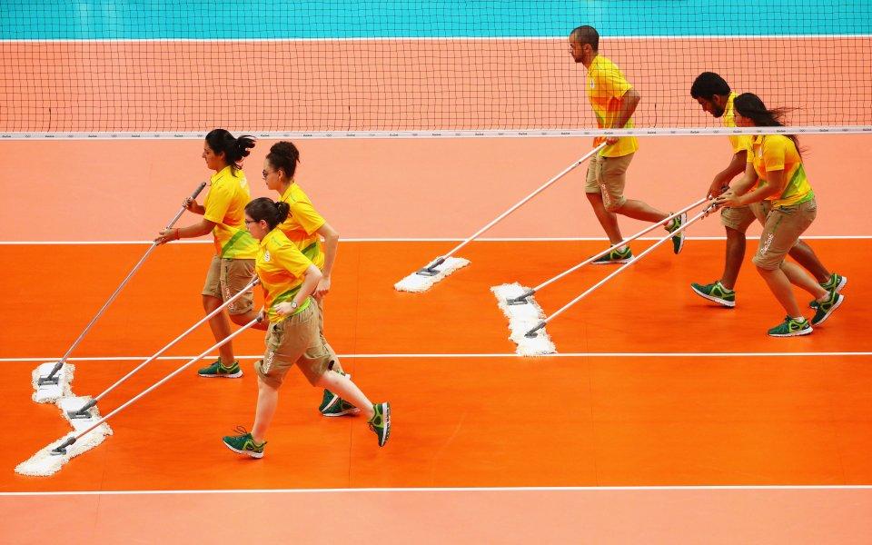 Волейболен рефер стана за смях по време на двубоя от