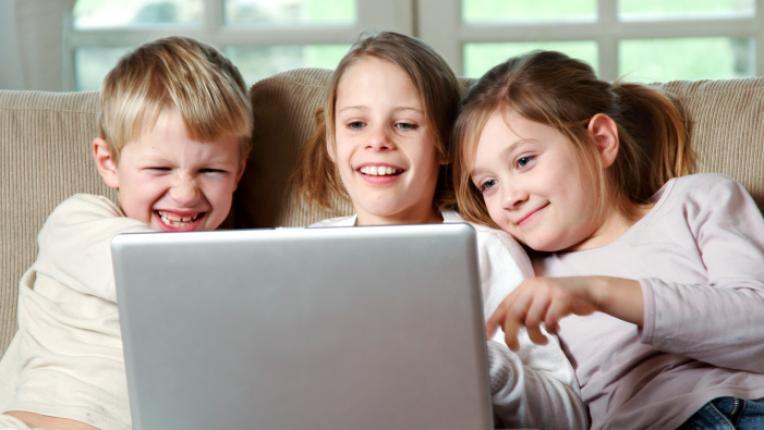 деца компютър лаптоп