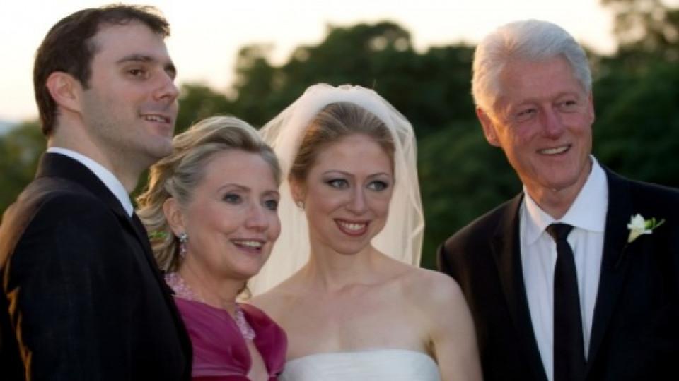 През юли 2010 година Челси Клинтън се омъжи за банкера Марк Мезвински (вляво)