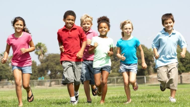 деца игри навън социализация нови приятели общуване телевизия компютър интернет