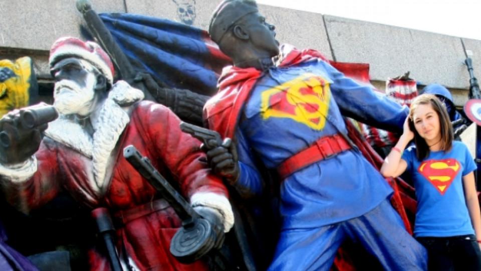 През юни 2011 г. неизвестни графити артисти изрисуваха Паметника на Съветската армия в София
