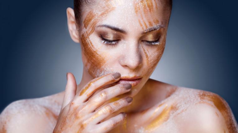 злато жена козметика