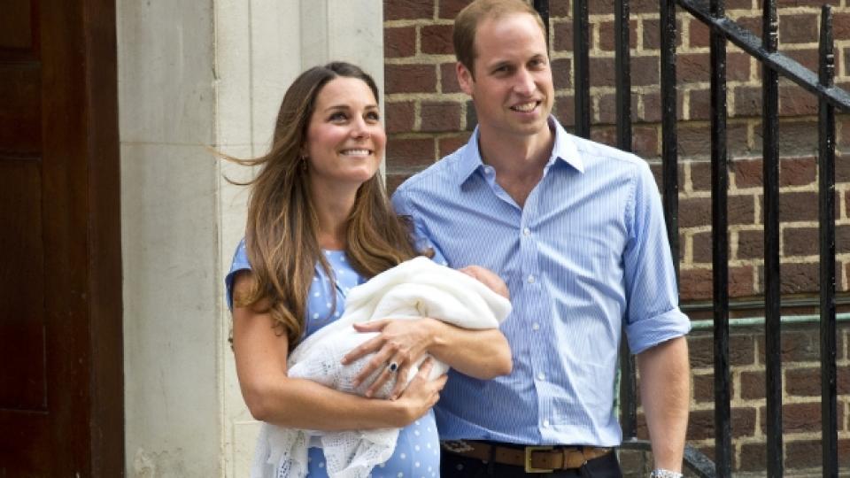 Щастливите родители Кейт и Уилям на излизане от болницата, заедно с първородното им дете