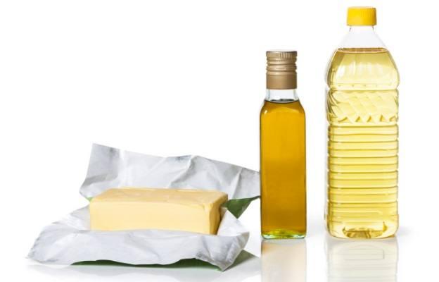 <p>Рафинирани масла - Много хранителни компании предлагат своите преработени масла като здравословни и естествени. Хората трябва да помнят, че това е само маркетингова тактика, която тези компании правят, за да увеличат продажбите си. Истината е, че преработените масла като рапично, соево масло и други растителни масла могат да доведат до ускорено стареене. Преработените масла са полиненаситени мазнини, които могат да претърпят окисление в тялото. Когато това се случи, това предизвиква възпаление в тялото ви. В резултат на това се увреждат нашите клетъчни мембрани, стига се до бързо стареене.&nbsp;</p>