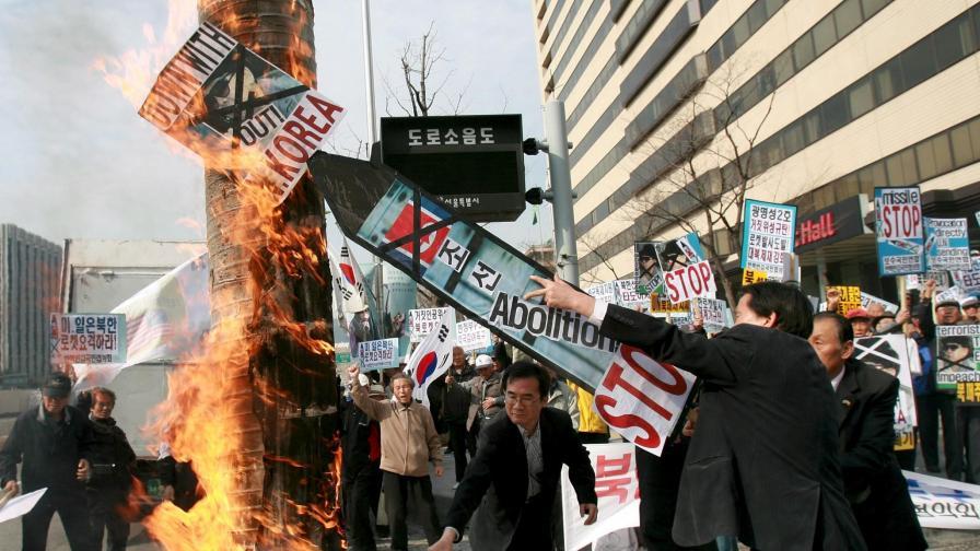 Протест в Южна Корея срещу планирания от КНДР ракетен експеримент.