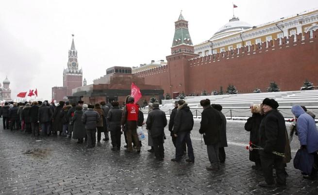 Кризата остави Ленин без костюм