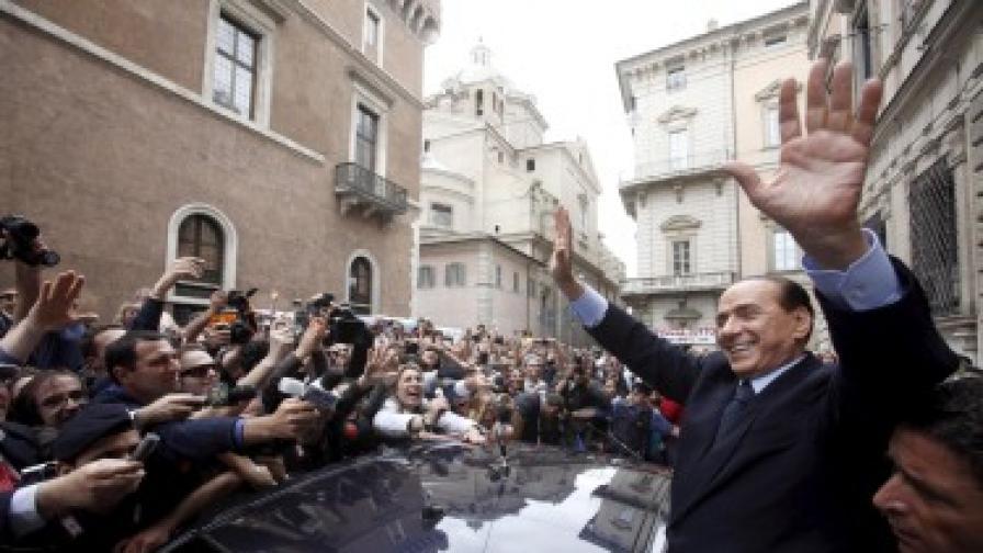 Берлускони - раздразнен, но не и притеснен от голите снимки