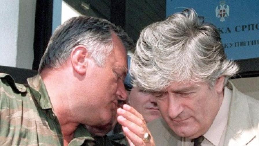 Ратко Младич (вляво) и Радован Караджич през 1993 г.