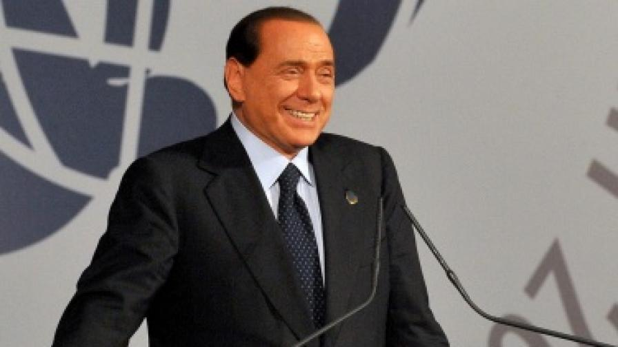 Имало още хиляди снимки от вилата на Берлускони