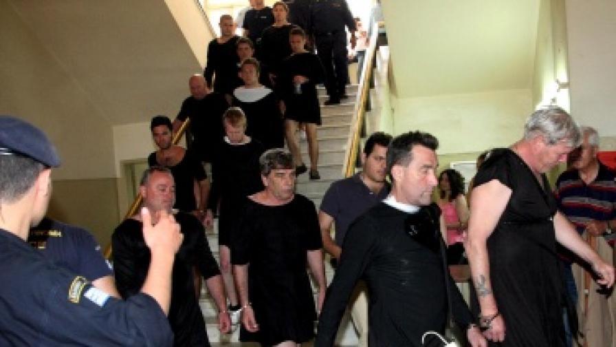 17 британци отидоха на процес в облекла на монахини след като бяха арестувани за показване на задниците си на публично място на остров Крит