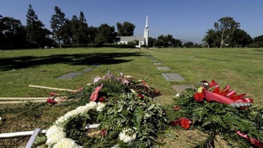 Почитатели на звездата са оставили цветя на гробището
