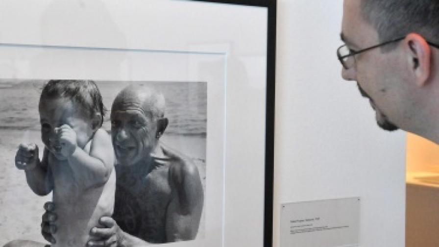 Посетител в унгарския музей засъвременно изкуство разглежда фотография на Пабло Пикасо и сина му Клод
