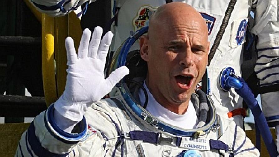 """Лалиберте помахва към изпращачите си на космодрума Байконур, преди да се качи на борда на """"Союз TMA-16"""""""