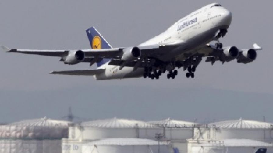 Камион и самолет се запалиха на летището във Франкфурт