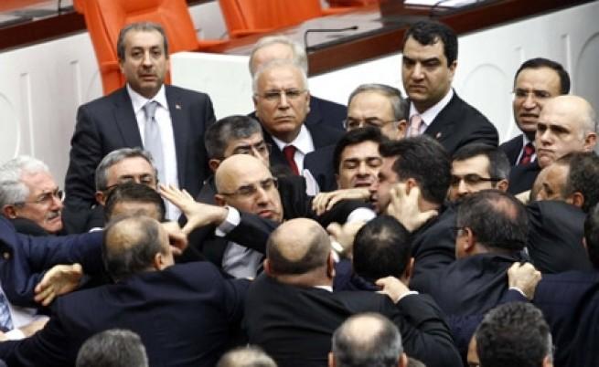 Турция: Яка кавга и бой в парламента