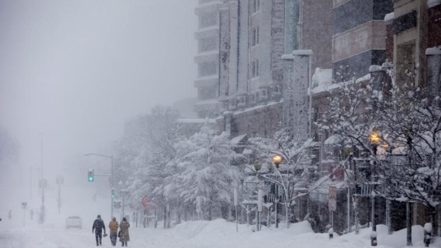 Вашингтон остава блокиран от снеговете