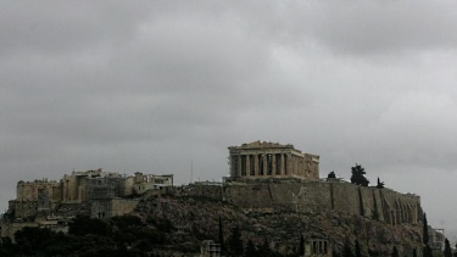Облаците над Акропола се сгъстяват