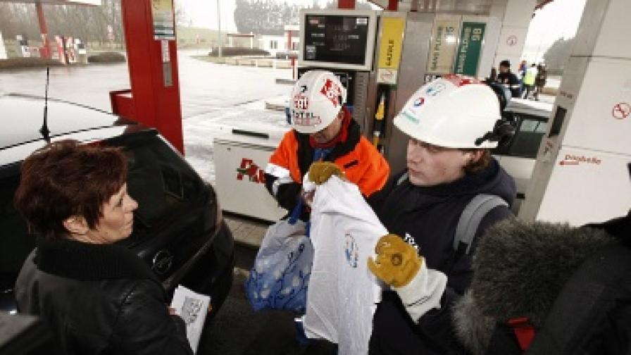 """Служители на """"Тотал"""" раздават протестни тениски на бензиностанция в Дюнкерк"""