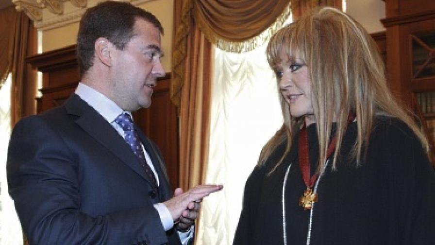 Алла Пугачова беше наградена от президента Медведев с Орден за заслуги ІІІ степен за рождения си ден през 2009 г.