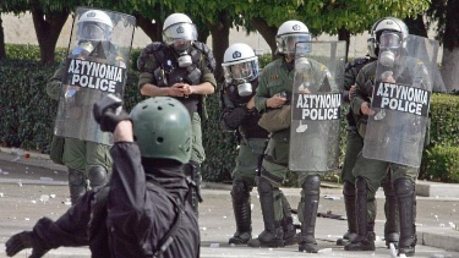 Атина се превърна в бойно поле