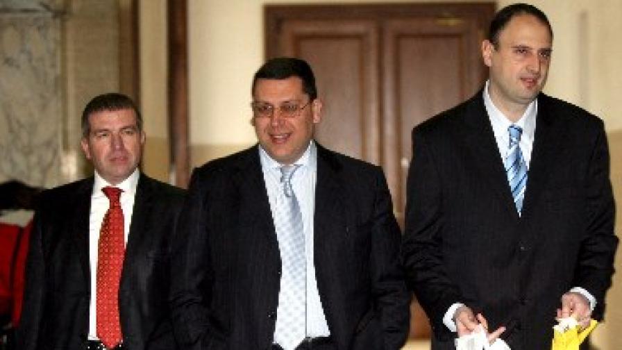 Марио Николов (в средата) на път за съдебната зала