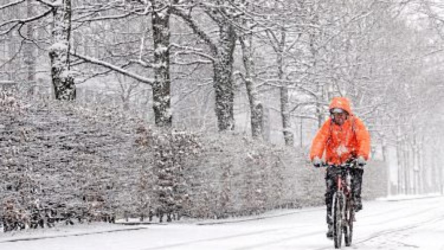 Циклон връхлетя Фиджи, в ЕС сняг блокира магистрали
