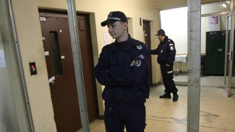 Издирват крадци на асансьорни спирачки в Благоевград