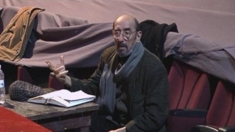 """Проф. Крикор Азарян на репетициите на """"Вишнева градина"""" -снимка от октомври 2009 г.)"""