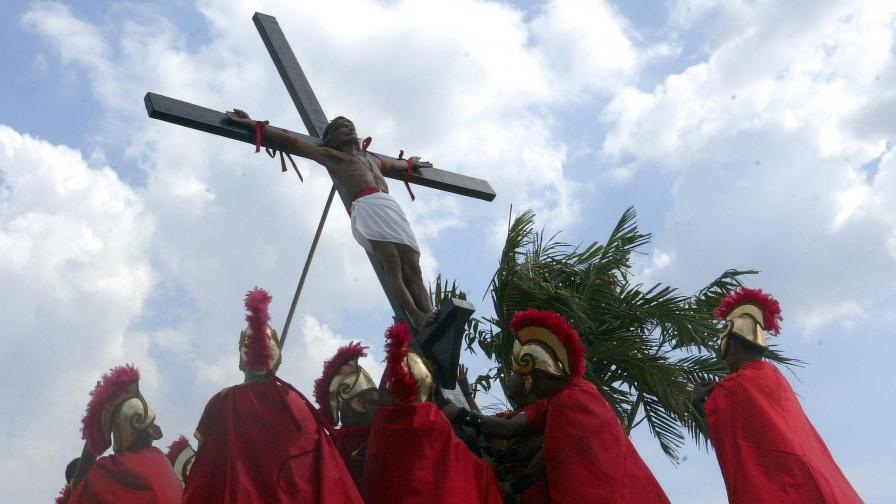 Докато православните съпреживяват тихо скръбта по Христовите страдания, католиците от Филипините например се подлагат на бичуване и разпване, за да усетят физически болката на Божия син