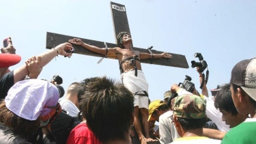 Във Филипините приковават хора на кръстове