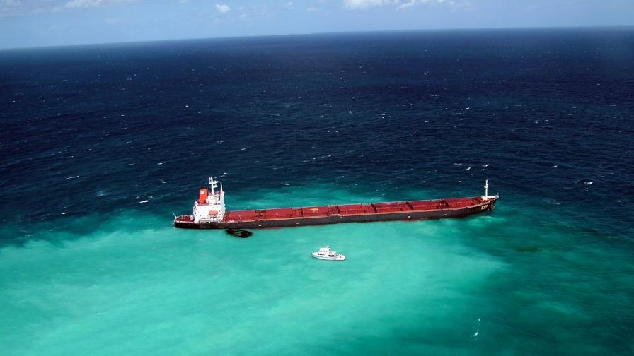 Заседналият в района на Големия бариерен риф танкер вече доведе до изтичане на нефт близо до Австралия