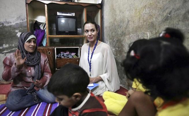 Брад и Анджелина посетиха бежанци в Босна