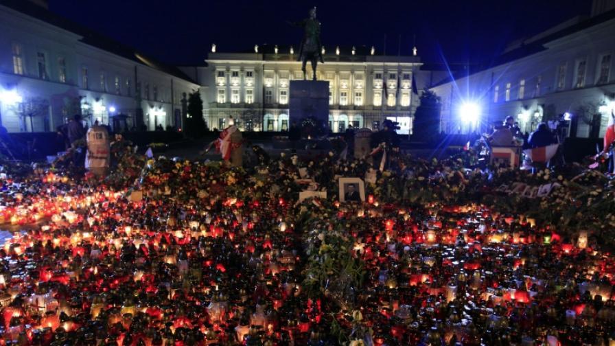 Хиляди цветя, кандила и свещи пред президентската резиденция в центъра на Варшава