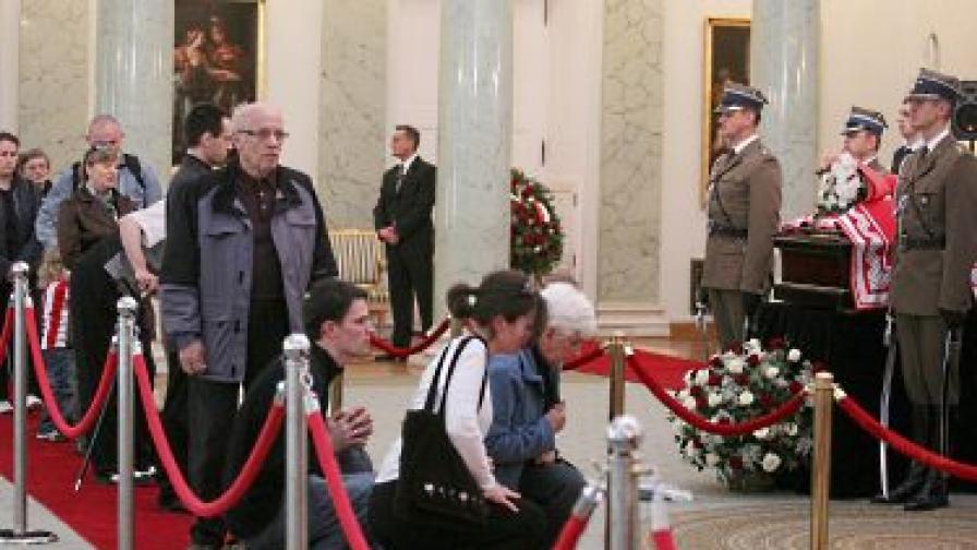 Поляци се редят на опашка на поклонението пред тленните останки на Лех Качински и съпругата му Мария