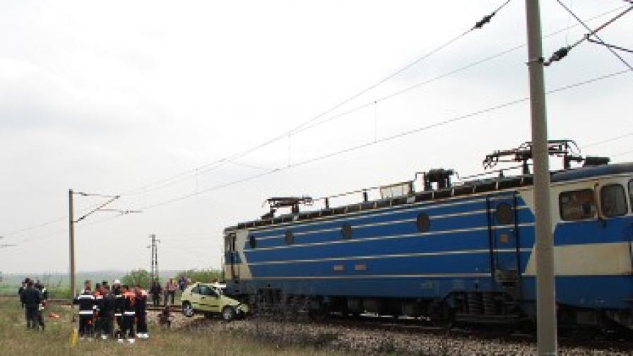 Товарен влак блъсна такси, две жертви
