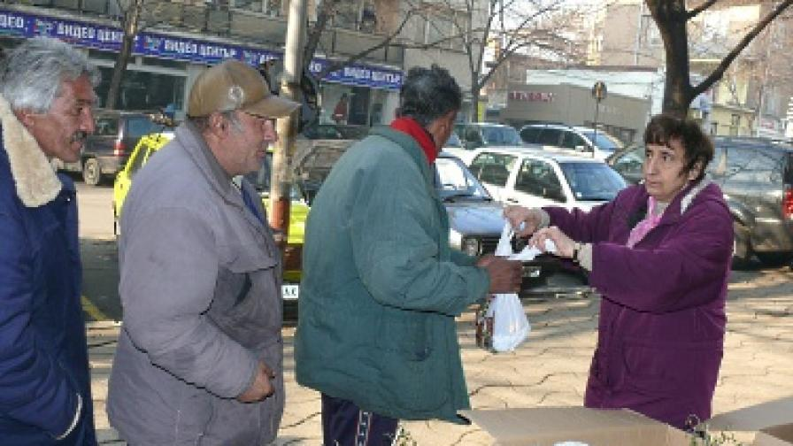 Възрастни хора на опашка за пакети с безплатна храна