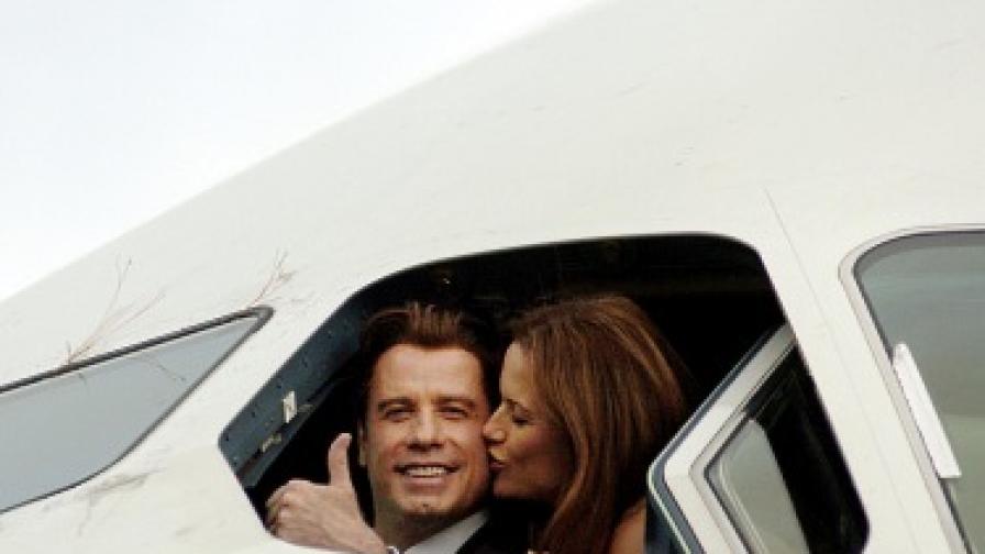"""Джон Траволта и Кели Престън в пилотската кабина на """"Еърбъс А380"""" през 2005 г."""