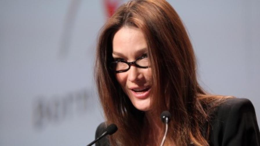 Карла Бруни-Саркози се появи официално с очила